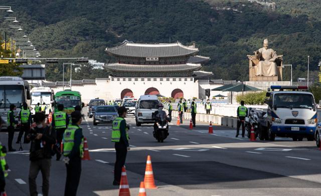 한글날인 9일 오전 서울 세종대로 광화문광장 일대에 경찰들이 차량 통제 등을 하고 있다. 경찰은 이날 방역당국과 경찰의 금지 방침에도 집회와 차량시위가 강행될 상황에 대비해 도심 주요 도로 곳곳을 통제했다. 뉴스1