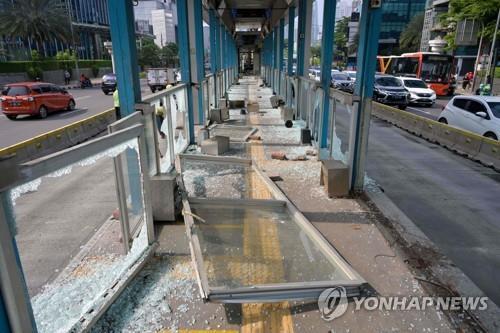 시위대-경찰 충돌로 부서진 자카르타 버스정류장 [AFP=연합뉴스]