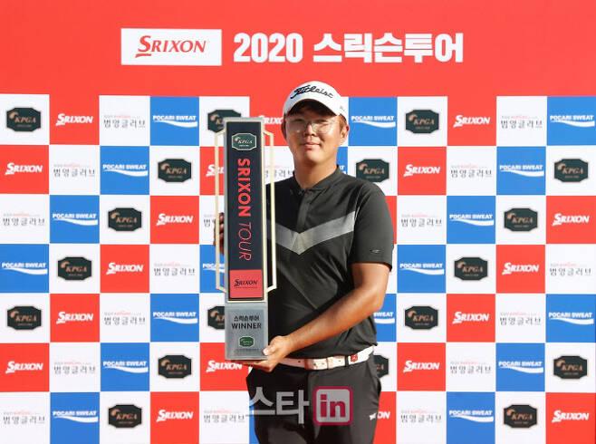 최민석이 지난 8일 끝난 KPGA 스릭슨투어 13회 대회에서 우승한 뒤 트로피를 들고 기념촬영하고 있다. (사진=KPGA)