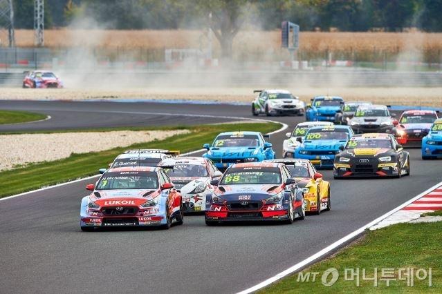 현대자동차 i30 N TCR 경주차가 슬로베키아의 슬로베키아 링 서킷에서 개최된 글로벌 최정상급 투어링카 대회인 2020 WTCR(World Touring Car Cup)에 참가해 1·2위로 달리고 있는 모습/사진제공=현대차