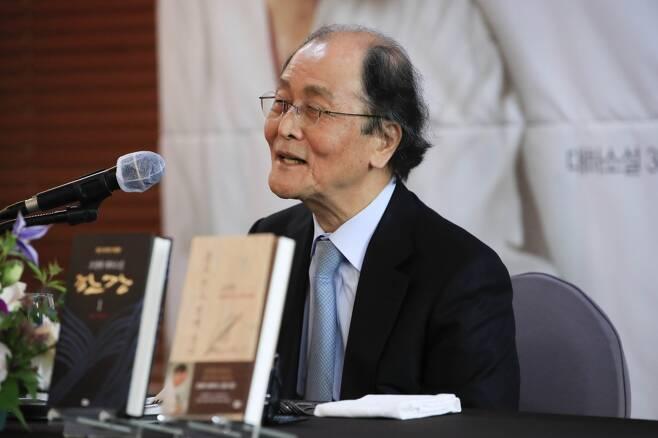 조정래 작가가 12일 서울 중구 한국프레스센터에서 열린 '조정래 작가 등단 50주년 기자간담회'에 참석해 기자들의 질문에 답변하고 있다. /사진=뉴시스