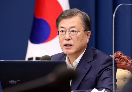 문재인 대통령이 12일 청와대에서 수석·보좌관 회의를 주재하고 있다. 연합뉴스