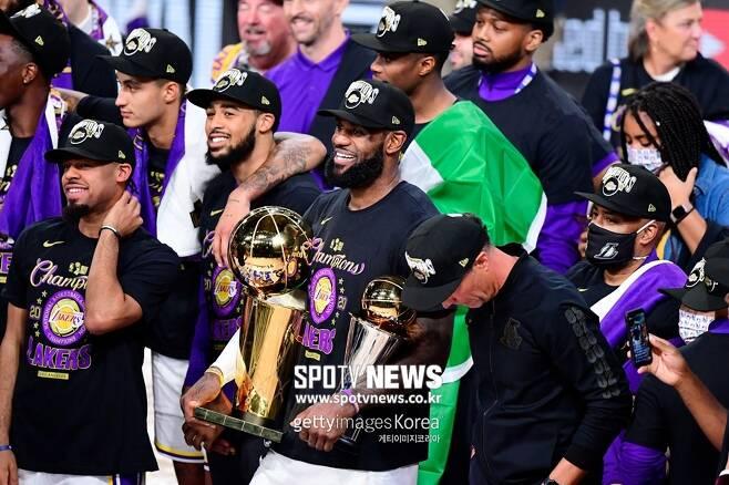▲ 파이널 우승과 MVP 트로피를 양손에 들고 기뻐하는 르브론 제임스.