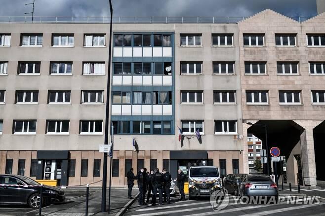 40여명의 괴한의 공격을 받은 파리 교외 도시의 경찰서 [AFP=연합뉴스]