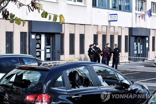 괴한들의 습격으로 부서진 경찰 차량 [AFP=연합뉴스]