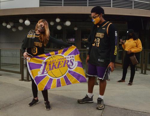 12일(한국 시간) 통산 17번째 NBA 우승 후 LA 레이커스 팬이 레이커스 깃발을 펼치며 자축하고 있다. 로스앤젤레스|AP연합뉴스