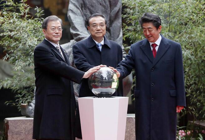 문재인 대통령과 리커창 중국 총리, 아베 일본 총리가 지난해 12월 중국 쓰촨성 청두 두보초당에서 한중일 협력 20주년 기념 제막식을 하고 있다. 청와대사진기자단