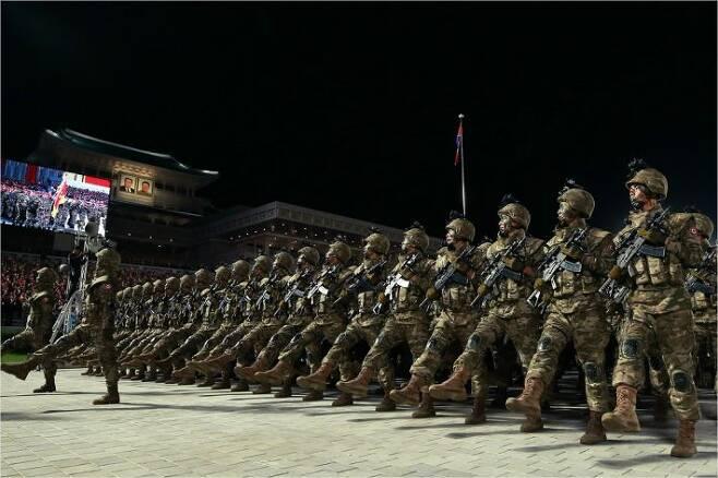 10일 열린 북한 노동당 창건 75주년 기념 열병식에서 공개된 북한군 특수부대원들의 모습. 그간 북한군이 주로 신었던 단화 등과 달리 현대적인 형태의 전투화를 신은 모습이 눈에 띈다.(사진=뉴스1 제공)
