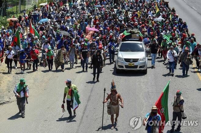 12일(현지시간) 콜롬비아 칼리에서 행진하는 현지 원주민들 [AFP=연합뉴스]