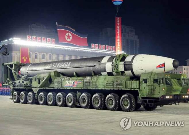 북한, 당 창건 75주년에 덩치 커진 신형 ICBM 공개 (서울=연합뉴스) 북한이 10일 노동당 창건 75주년 기념 열병식에서 미 본토를 겨냥할 수 있는 신형 대륙간탄도미사일(ICBM)을 공개했다. 신형 ICBM은 화성-15형보다 미사일 길이가 길어지고 직경도 굵어졌다. 바퀴 22개가 달린 이동식발사대(TEL)가 신형 ICBM을 싣고 등장했다. 노동신문은 위 사진을 포함해 신형 ICBM 사진을 약 10장 실었다. 2020.10.10 [노동신문 홈페이지 캡처. 재판매 및 DB 금지] nkphoto@yna.co.kr