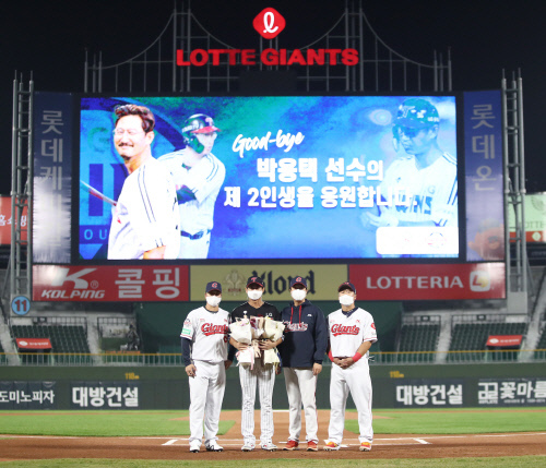 롯데 허문회 감독(왼쪽에서  세 번째)과 LG 박용택(왼쪽에서 두 번째)이 지난 13일 사직구장 경기 이전에 열린 박용택 은퇴행사에서 나란히 서서 기념 사진을 찍고 있다. | 롯데 자이언츠 제공