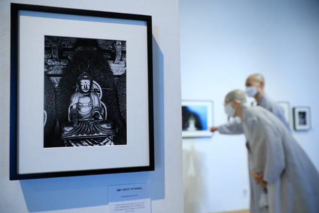 스님들이 지난달 15일 서울 종로구 아라아트센터에서 열린 '분단 75년 특별기획 사진전-북한 민족문화유산의 어제와 오늘'을 감상하고 있다. 뉴시스