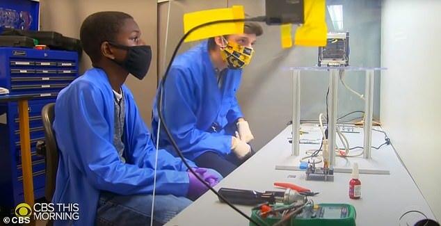 케일럽 앤더슨이 조지아공대의 한 실험실에서 진행되고 있는 한 실습 실험에 참여하고 있는 모습.(사진=미국 CBS)