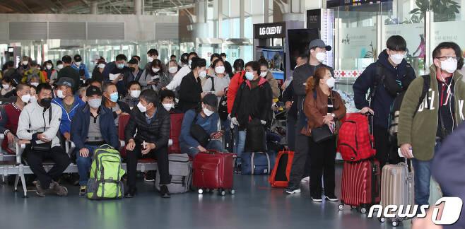 15일 오전 부산 강서구 김해국제공항 국제선이 이용객들로 북적이고 있다. 이날 에어부산 부산-칭다오 노선이 재운항에 들어가 김해공항 국제선이 반 년만에 열렸다. 2020.10.15/뉴스1 © News1 여주연 기자