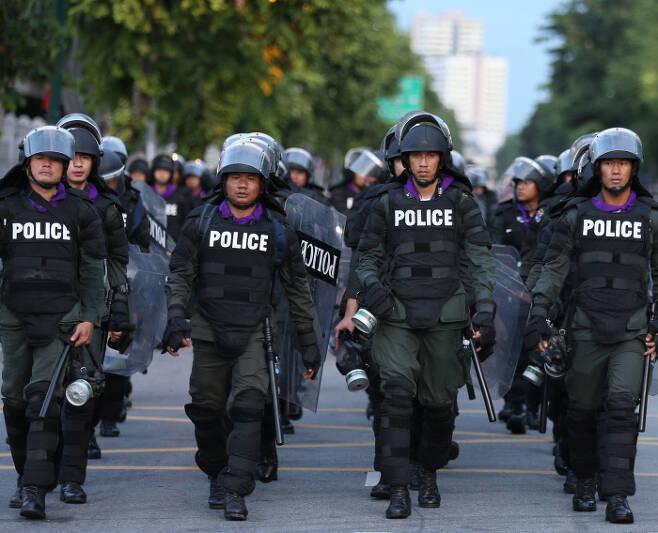 태국 방콕의 정부청사 부근에서 15일 무장경찰이 순찰을 하고 있다. 방콕 | EPA연합뉴스