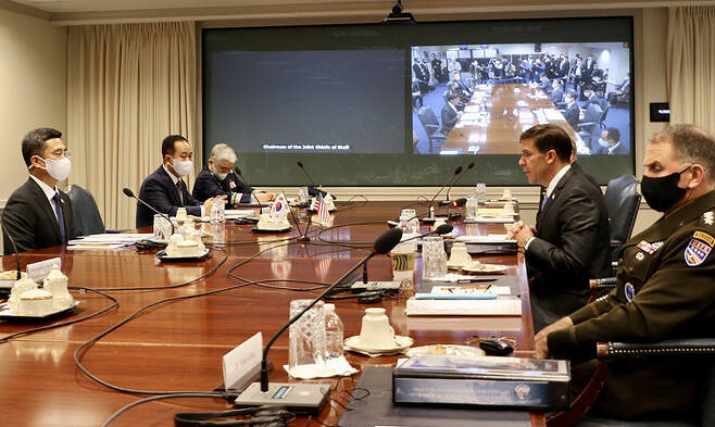서욱 장관과 마크 에스퍼 미 국방장관이 14일(현지시간) 미 국방부 청사에서 열린 제52차 한미안보협의회의(SCM)에 참석하고 있다.[연합]