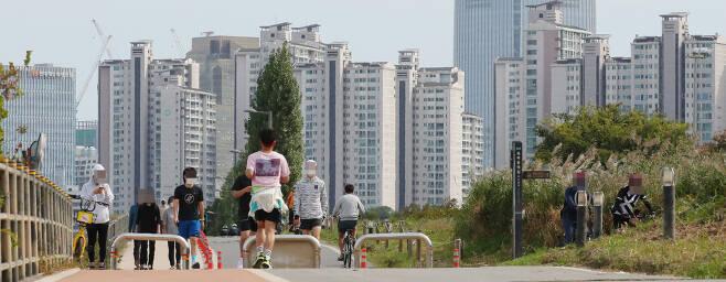 서울 잠실한강공원 일대에서 바라본 아파트 단지의 모습. [연합뉴스]