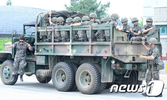 2016년 경기도 파주 임진각에서 열린 2016 을지연습 연계 북한 장사정포 공격대비 실제 주민대피훈련에 군 장병들이 참가하고 있다.  © News1 박정호 기자