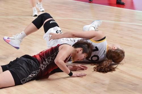국민은행 박지수(뒤)가 지난 14일 부산 스포츠원파크 BNK 센터에서 열린 BNK썸과 경기에서 상대 선수의 거친 파울에 쓰러졌다.  제공   WKBL