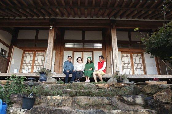 초당골한옥 주인 박미호씨 부부와 1주일 살기 참가자 박미양씨 부부. 손민호 기자