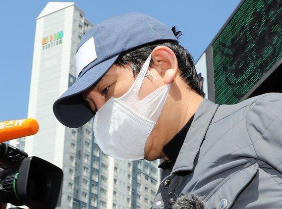 '라임 환매중단 사태'의 주범으로 지목된 김봉현 전 스타모빌리티 회장이지난 4월 영장실질심사(구속 전 피의자 심문)를 받기 위해 호송차로 향하고 있는 모습. 뉴스1