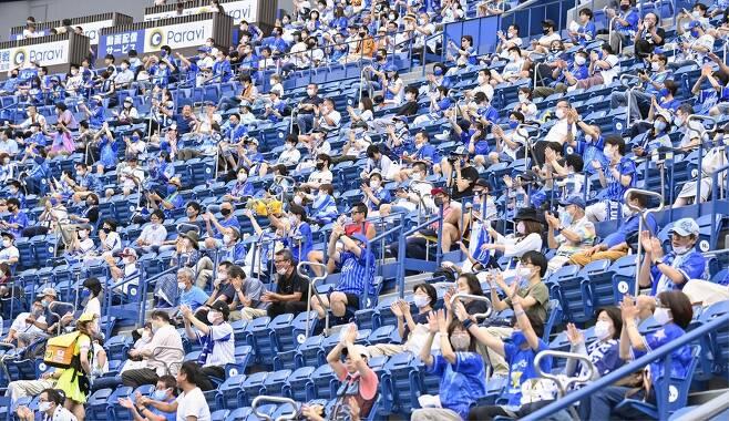(도쿄 교도=연합뉴스) 지난달 19일 일본 요코하마 스타디움에서 야구팬들이 경기를 관람하고 있다.