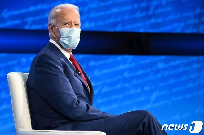 조 바이든 미국 민주당 대선후보가 15일 (현지시간) 펜실베이니아주 필라델피아의 국립 헌법센터에서 열린 ABC 뉴스 타운홀 행사에 참석을 하고 있다. © AFP=뉴스1