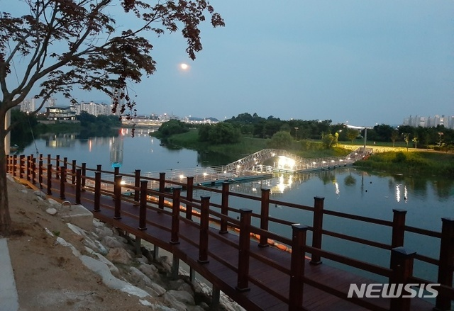 양평 남한강 양근섬 부교.
