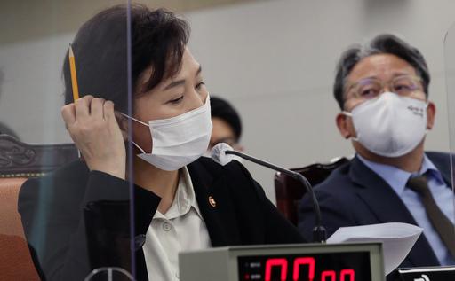 16일 정부세종청사에서 열린 국회 국토교통위원회의 국토교통부 등에 대한 국정감사에서 김현미 국토부 장관(왼쪽)이 국토위원들의 질의를 들으며 마스크 끈 부위에 손을 대고 있는 모습. 세종=뉴스1