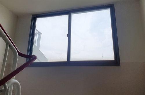 한 20대 남성이 지난 15일 오후 인천의 한 15층짜리 아파트에서 초등학생 여아를 옥상으로 끌고 가려다 미수에 그치자 몸을 던진 아파트 창문. 연합뉴스