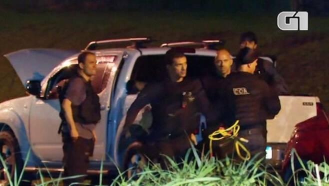 브라질 리우 경찰, 민병대 조직원 17명 사살 브라질 리우데자네이루 시내 이타과이 지역에서 지난 14일(현지시간) 밤부터 이틀째 총격전이 계속됐으며 경찰은 최소한 17명의 민병대 조직원을 사살했다. [브라질 뉴스포털 G1]