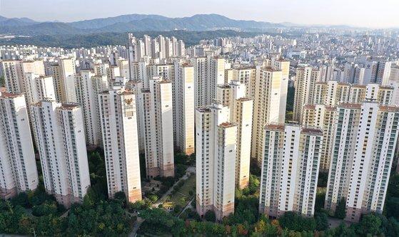 이 대단지 아파트에 전세 매물이 하나도 없다. 15일 오후 서울 강동구 암사동 롯데캐슬아파트 모습. 장진영 기자