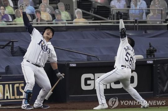 랜디 아로사레나(오른쪽) 홈런 축하해주는 최지만  [AP=연합뉴스]