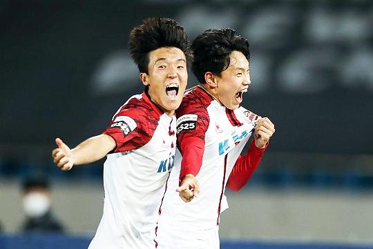 10월 17일 FC 서울의 K리그1 잔류를 확정 짓는 골을 합작한 김진야(사진 왼쪽), 조영욱(사진=한국프로축구연맹)