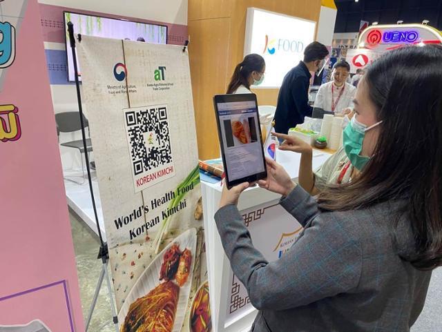 지난달 태국 방콕에서 열린 태국식품박람회를 찾은 방문객들이 김치 QR코드를 촬영하고 있다. 농림축산식품부 제공