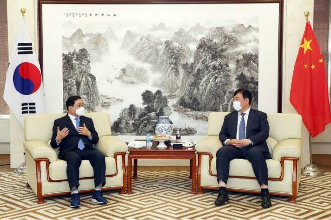 허성무 창원시장이 20일 주한중국대사관에서 싱하이밍(邢海明) 주한중국대사를 만나 환담을 나누고 있다.(사진=창원시 제공)