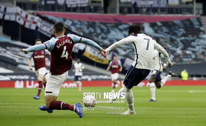 ▲ 손흥민(오른쪽)이 19일 웨스트햄전에서 1골 1도움으로 맹활약했다. 하지만 공교롭게도 나가고 2분 뒤에 토트넘은 실점한다