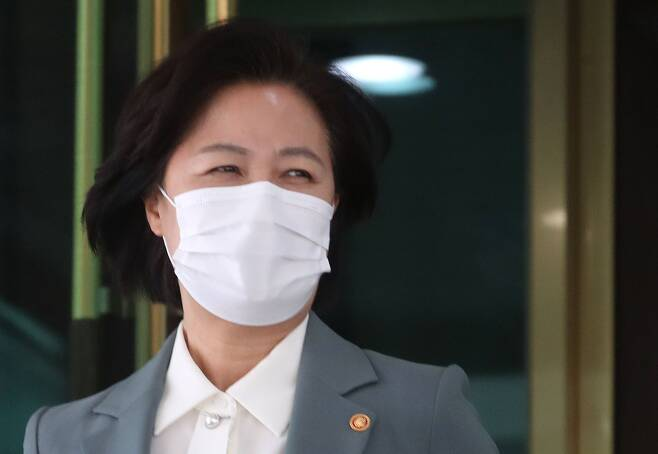 20일 오전 서울 종로구 정부서울청사에서 화상으로 열린 국무회의를 마치고 청사를 나서는 추미애 법무부 장관/뉴시스