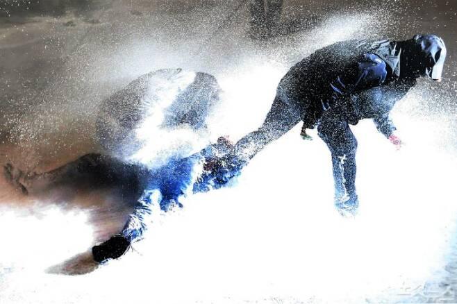 2015년 11월 14일 서울 종로구청 입구 사거리에서 최루액을 섞은 물대포를 맞고 쓰러진 백남기 농민. (사진=자료사진)