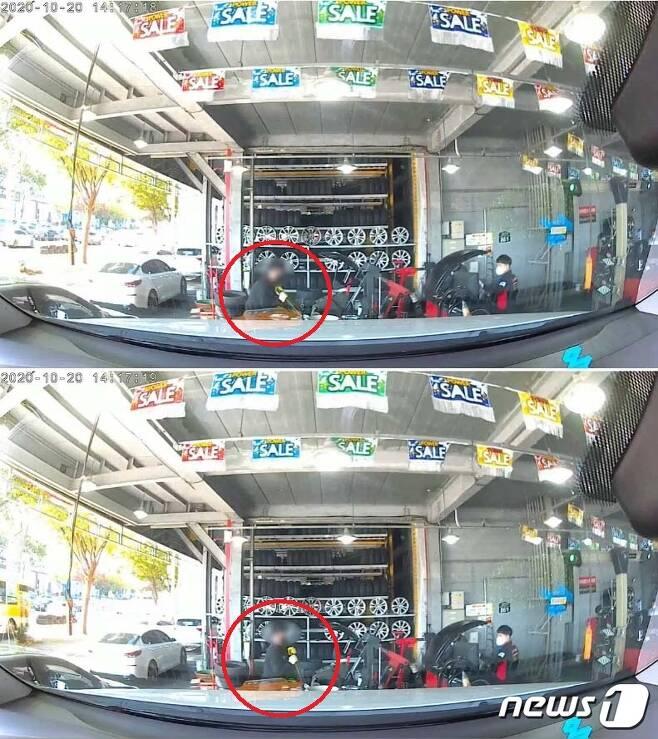A씨가 올린 영상에는 타이어뱅크 대리점 사업주가 스패너 등 공구를 가져와 휠을 훼손하는 모습이 그대로 포착됐다.(보배드림 영상 캡처)© 뉴스1