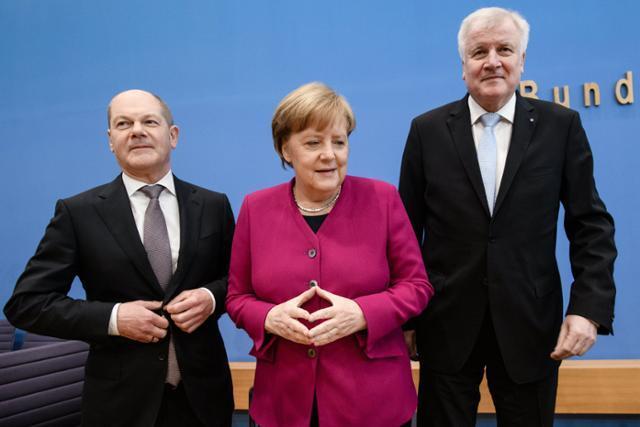 2018년 3월 12일(현지시간), 독일 베를린에서 당시 사회민주당 대표였던 올라프 숄츠(왼쪽 첫번째) 재무장관이 앙겔라 메르켈 독일 총리(가운데)와, 호르스트 제호퍼 당시 기독사회당 대표와 기자회견을 하고 있다. EPA 연합뉴스