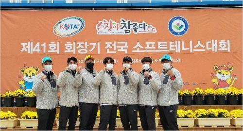 내년 팀 해체 통보에도 회장기 전국소프트테니스대회에 출전 중인 이천시청 선수들이 21일 선전을 다짐하는 모습.(순창=이천시청 선수단)