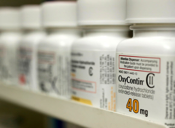 지난 1999년 이후 미국인 45만명의 목숨을 앗아간 오피오이드의 일종인 옥시콘틴에 대한 마케팅 불법에 관련돼 유죄를 인정한 미국 제약사 퍼듀 파마가 21일(이하 현지시간) 83억달러를 벌금으로 내기로 합의한 가운데 지난 2017년 4월 25일 유타주 프로보의 한 약국 진열대에 진열돼 있다.로이터 자료사진 연합뉴스