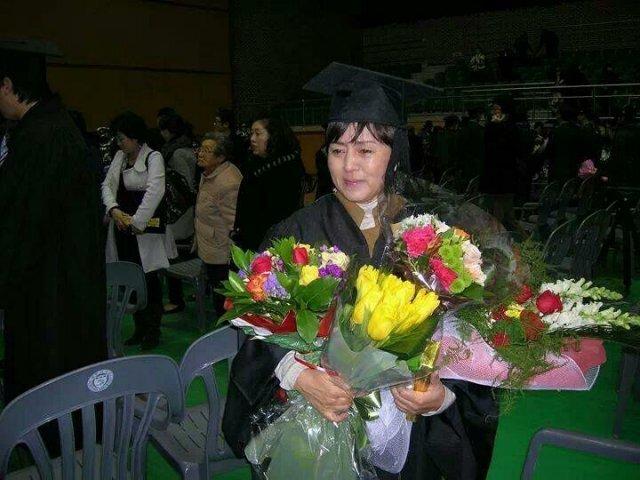 2009년 2월 세명대 한의과대학 졸업식에서 꽃다발을 가득 받아안고 눈물을 흘리고 있는 김지은 씨. 김지은 씨 제공