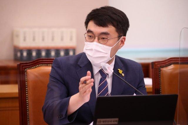 김남국 더불어민주당 의원이 22일 서울 여의도 국회에서 열린 법제사법위원회의 대검찰청에 대한 국정감사에서 질의를 하고 있다. 사진=공동취재