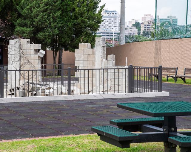 시민에 개방된 서울 용산구 미군기지 부지 내 장교 숙소 5단지에 허물어진 담장 벽돌이 설치돼 있다. 개방 전 숙소를 둘러쌓던 벽돌이다. 용산구 제공
