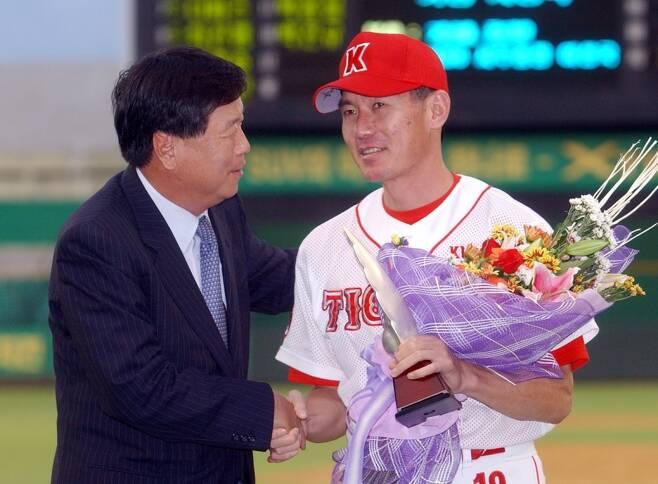 ▲ 2004년 9월 통산 150승을 달성한 KIA 이강철(오른쪽)이 KBO 이상국 사무총장으로부터 축하를 받고 있다. ⓒKIA 타이거즈