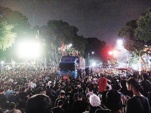밤늦은 시간에도 총리실 밖에서 계속된 반정부 집회. 2020.10.14  [방콕=김남권 특파원]
