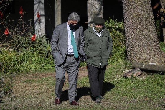 무히카는 대통령 퇴임 후에도 상원의원으로 활발히 활동했다. 지난 7월 무히카(오른쪽)가 자신의 시골집에서 우루과이 외무장관 프란시스코 부스티요와 외교정책을 논의하는 모습. [EPA=연합뉴스]