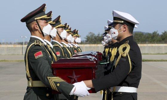 지난 9월 27일 인천 국제공항에서 한국군 의장대가 중국 인민해방군 장병에게 한국전쟁에 참전한 중국군 유해를 전달하고 있다. [연합뉴스]